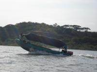 Fischerboot beim Blitzstart